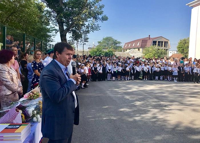 Сергей Цеков поздравил с началом учебного года педагогов и учащихся средней школы, в которой он учился